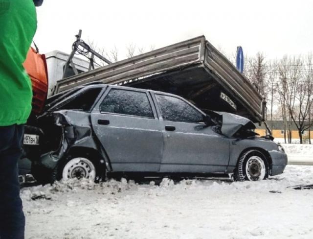 «Газель» и«КАМАЗ» практически раздавили легковую машину — ДТП вЧелнах