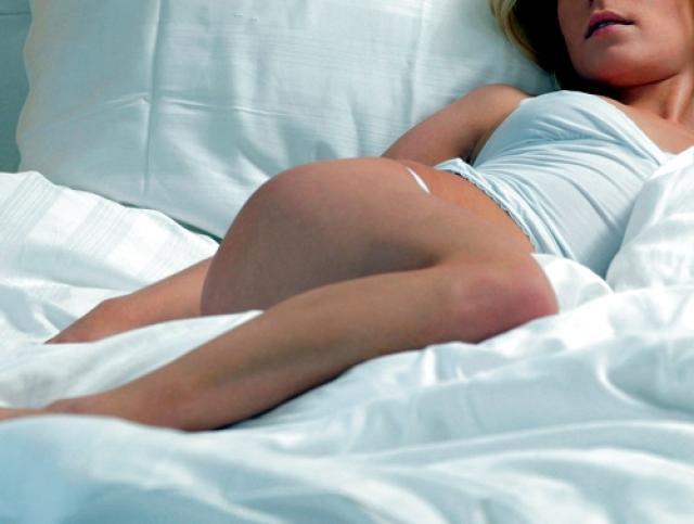 Извращенец проникал вкомнату спящей девушки иделал ееобнаженные фото
