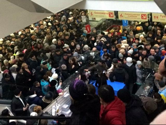 ВТатарстане устроили жуткую давку в коммерческом центре из-за розыгрыша призов