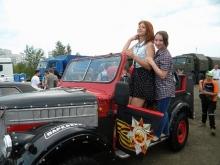 Девушки выбирали ретро-автомобили