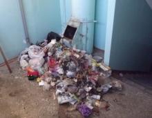 УК предлагают самим жильцам мыть полы и окна в подъездах
