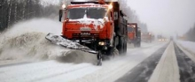 Мэр велел чистить дороги от снега справа, а не слева