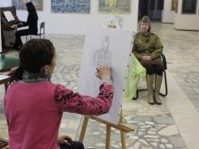 Сотрудница картинной галереи позировала художникам