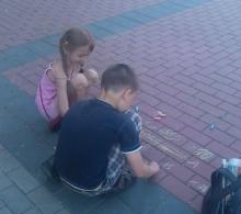 Челнинские дети играют в игры дедушек и бабушек
