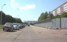 Cтроители все-таки установили забор возле дома 20/07