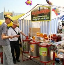 Продавцы меда на ярмарке в Набережных Челнах разоблачают обман