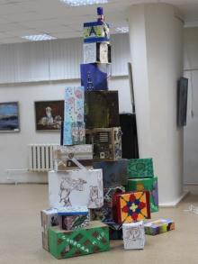 В картинной галерее из коробок собрали «Лестницу в небо»