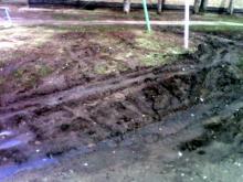 Грузовики, приезжающие на разгрузку, уничтожают газоны