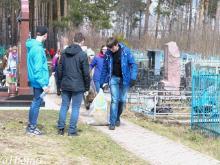 Волонтеры убрали солдатские могилы на кладбище в поселке ГЭС