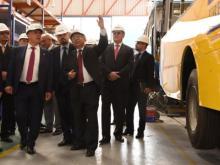 Рустам Минниханов и Сергей Когогин увидели, как собирают автобусы на шасси КАМАЗ в Перу