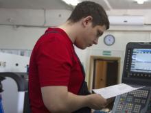 21-летнего наладчика станков манят в Подмосковье на зарплату в 100 тысяч