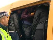 В маршрутный микроавтобус набилось 22 человека