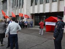 «Коммунисты России» пикетировали исполком под сталинским лозунгом