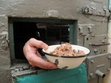 100 граммов мяса и рыбы и полкило картошки: меню арестованных в Набережных Челнах