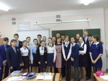 Ученики несут Ольге Шокуровой свои первые стихи