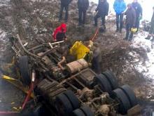 В Татарстане грузовик 'КАМАЗ' рухнул с моста в реку. Но водитель и пассажир выжили