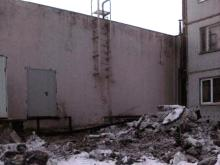 В 48-м комплексе гору грязного снега свалили под окна многоэтажки