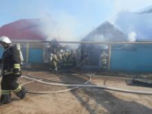 Неизвестные подожгли бывшее здание администрации в поселке Белоус
