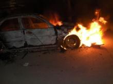 Ночью в 40-м комплексе неизвестные подожгли 2 автомобиля, украв у водителей ценные вещи