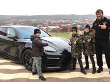 Дети Рамзана Кадырова подарили автомобиль 'Porsche Panamera' своему тренеру по борьбе