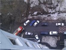 Пожарным автомобилям и 'скорой' предлагают разрешить таранить машины, припаркованные во дворе