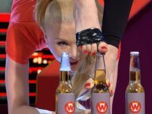 Экс-челнинка Юлия Гюнтель побила рекорд по открыванию бутылок в прогибе