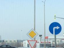2 противоречащих дорожных знака при выезде на Мензелинский тракт создают аварийную обстановку