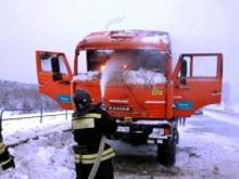 Вахтовый 'КАМАЗ' загорелся во время движения на автотрассе М-7