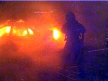 Ночью возле дома 21/23 сгорела «Лада Калина». Огонь перекинулся на соседнюю иномарку