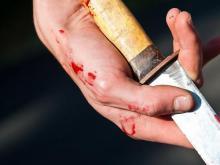 Старый отец ударил ножом в спину 50-летнего неработающего сына. Тот выжил