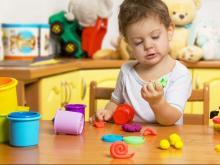Детсадам посоветовали закупать вместо санок альбомы и карандаши