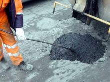 Горисполком выделяет более 25 млн рублей на весенний ямочный ремонт дорог и замену 100 знаков