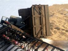 В Мамадыше 'КАМАЗ' с зерном пробил ограждение набережной Вятки и рухнул на лед реки