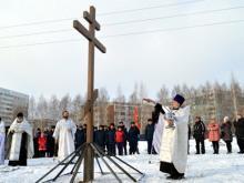Православный крест, спиленный у родника, установили на месте будущего храма на улице 40 лет Победы