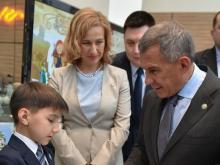 Третьеклассник из Казани подарил Рустаму Минниханову историю своего рода из 15 поколений