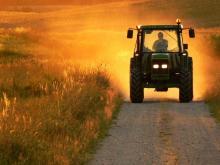 «Фермер ждет, когда сосед закончит уборку, чтобы попросить у него технику – своей нет»