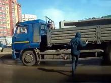 В Альметьевске перебегавший дорогу пешеход врезался в проезжающий 'КАМАЗ' (видео)