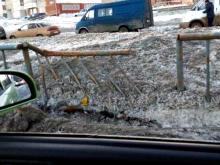 В Набережных Челнах дорожная техника при уборке снега сносит заборы и деревья