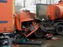 На первой автодороге бензовоз врезался в припаркованную фуру - водитель получил переломы