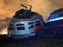 Вагон электрички разорвало пополам от столкновения с поездом в Москве. Погибших нет