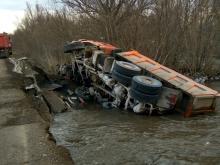 В Татарстане при проезде через дамбу грузовик 'КАМАЗ' опрокинулся в реку