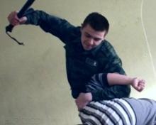Полицейские избили человека на допросе