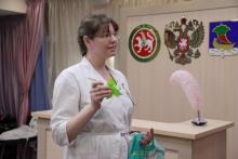Медики КДМЦ убеждают челнинок соглашаться на прививки для своих новорожденных детей